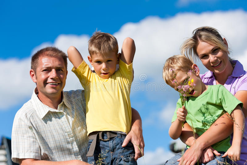 Glückliche Familie am Sommer lizenzfreie stockfotos
