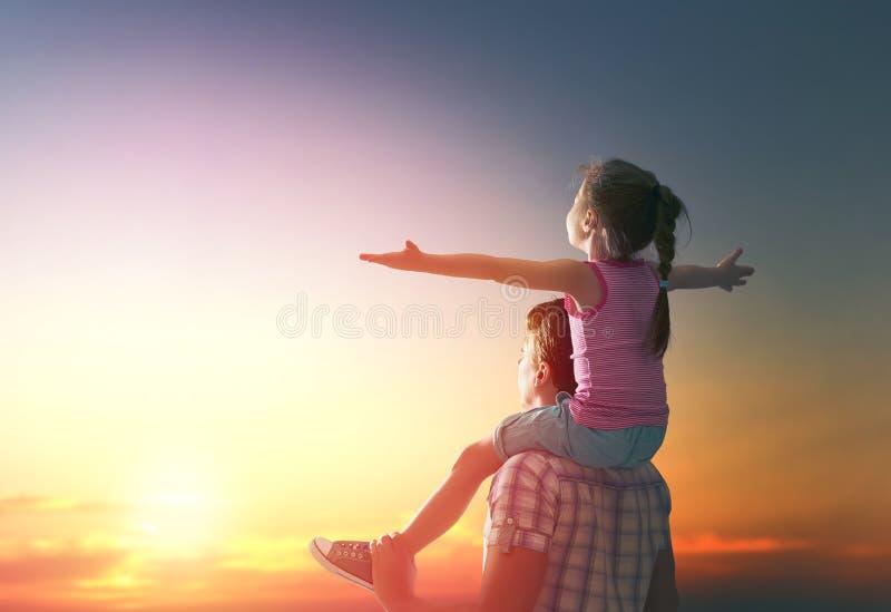 Glückliche Familie am Sonnenuntergang stockbilder