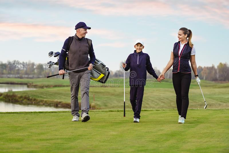 Glückliche Familie spielt Golf im Herbst stockfoto