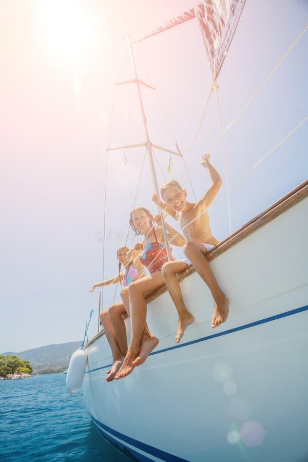 Glückliche Familie springen in Meer der Segeljacht auf Sommerkreuzfahrt Reiseabenteuer, Segelsport mit Kind auf Familienurlaub lizenzfreies stockfoto