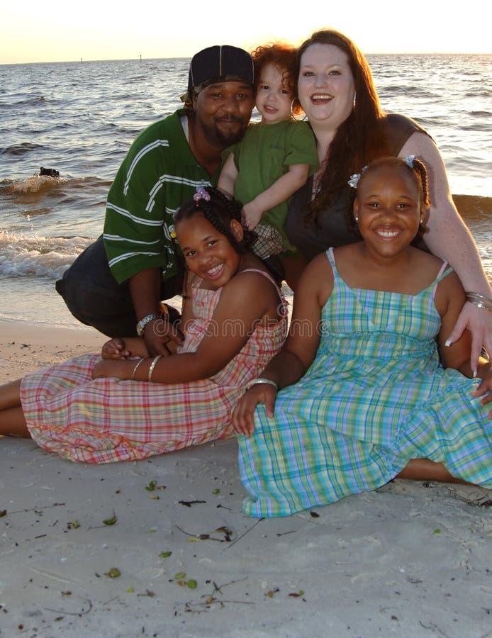 Glückliche Familie am Strand lizenzfreies stockfoto