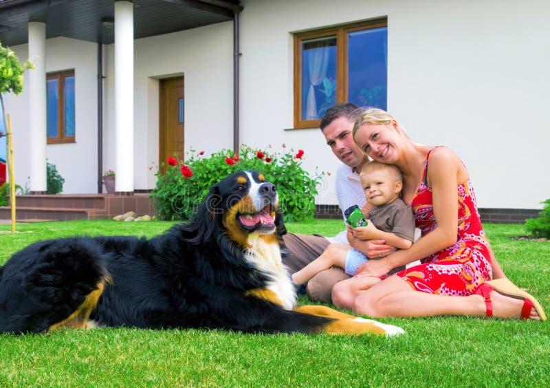 Glückliche Familie und Haus lizenzfreie stockfotografie