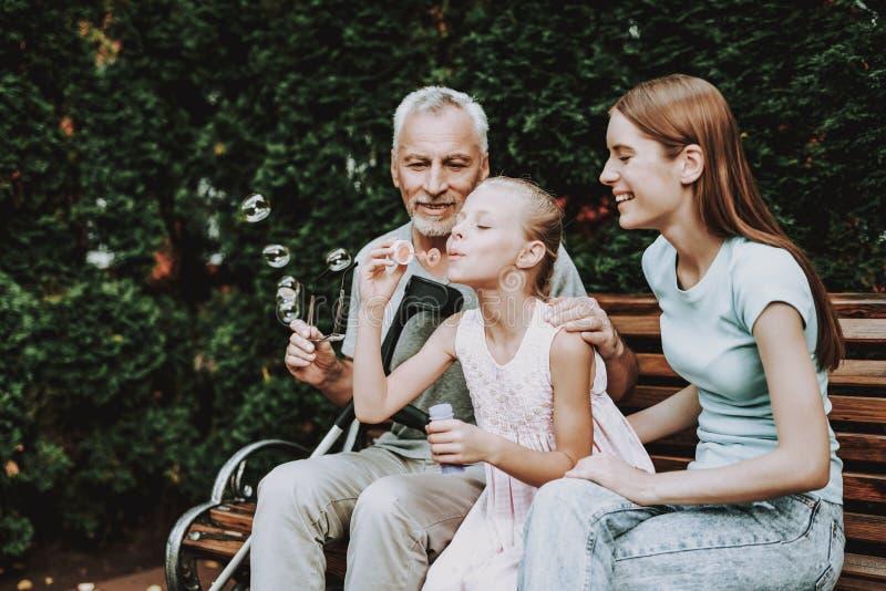 Glückliche Familie und junges Mädchen Alter Mann und Mädchen stockfotos
