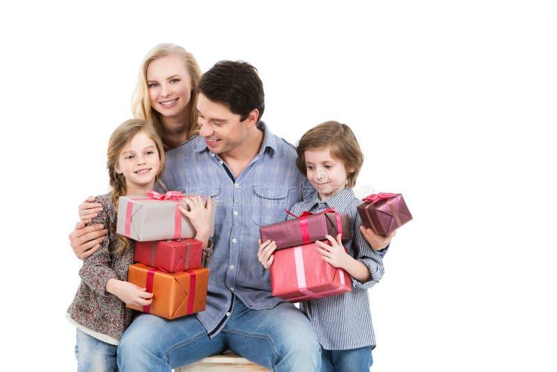 Glückliche Familie und Kindereinkaufsgeschenke lizenzfreie stockfotos