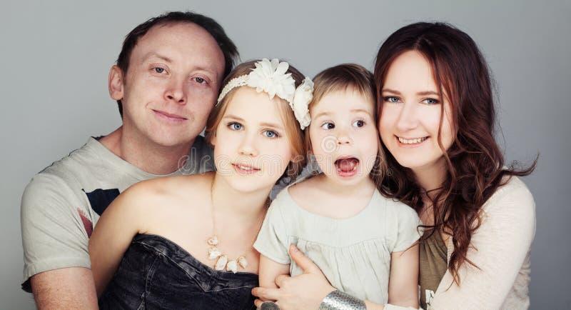 Glückliche Familie Vater, Mutter und zwei Kinder lizenzfreie stockfotografie
