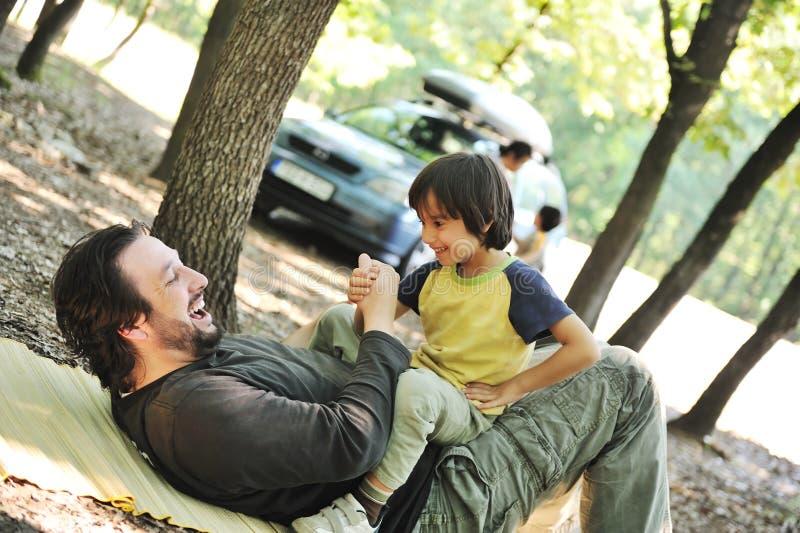 Glückliche Familie, Vater und Sohn im Fokus stockfoto