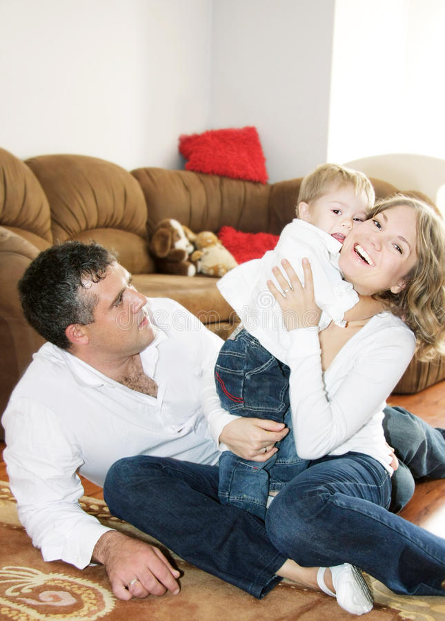Glückliche Familie von drei zu Hause stockfotografie