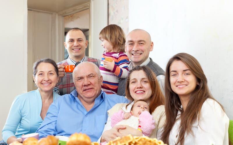 Glückliche Familie von mehreren Generationen mit kleinen Kindern stockbild