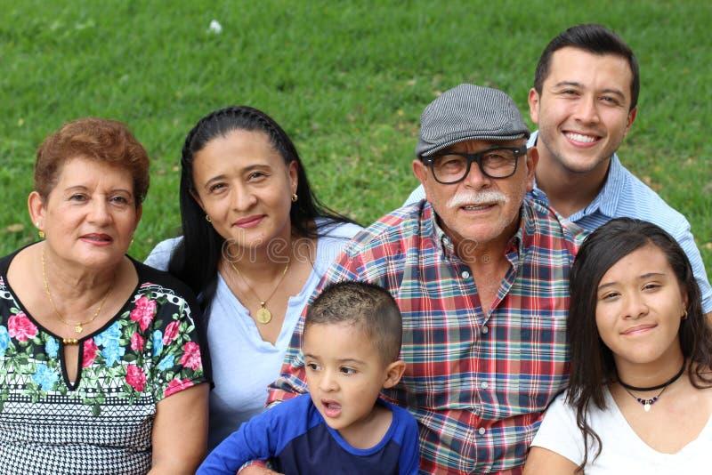 Glückliche Familie von sechs Latinos lizenzfreie stockbilder