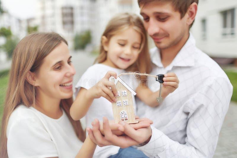 Glückliche Familie vor neuem Wohngebäude stockfotos