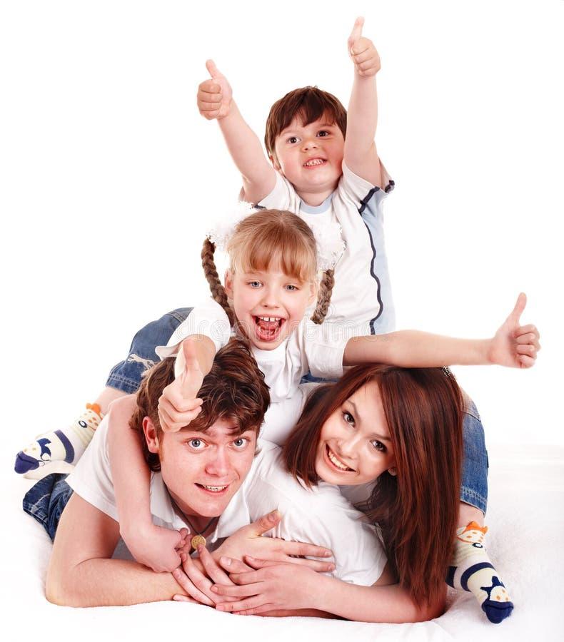 Glückliche Familie werfen heraus Daumen. lizenzfreies stockbild