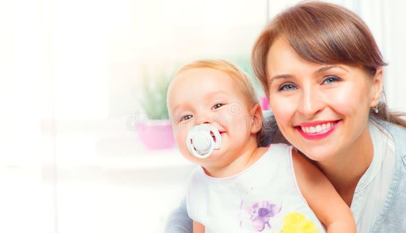 Glückliche Familie zu Hause Mutter und ihre kleine Tochter zusammen Junges Mutter-Porträt stockfotos