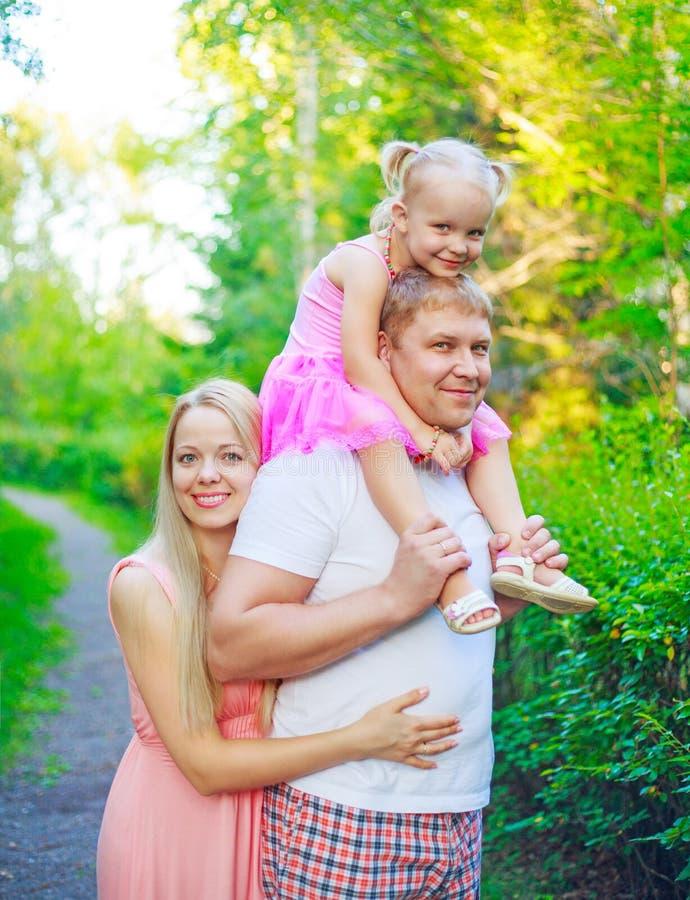 Glückliche Familie zusammen gehend im Freien stockfotografie