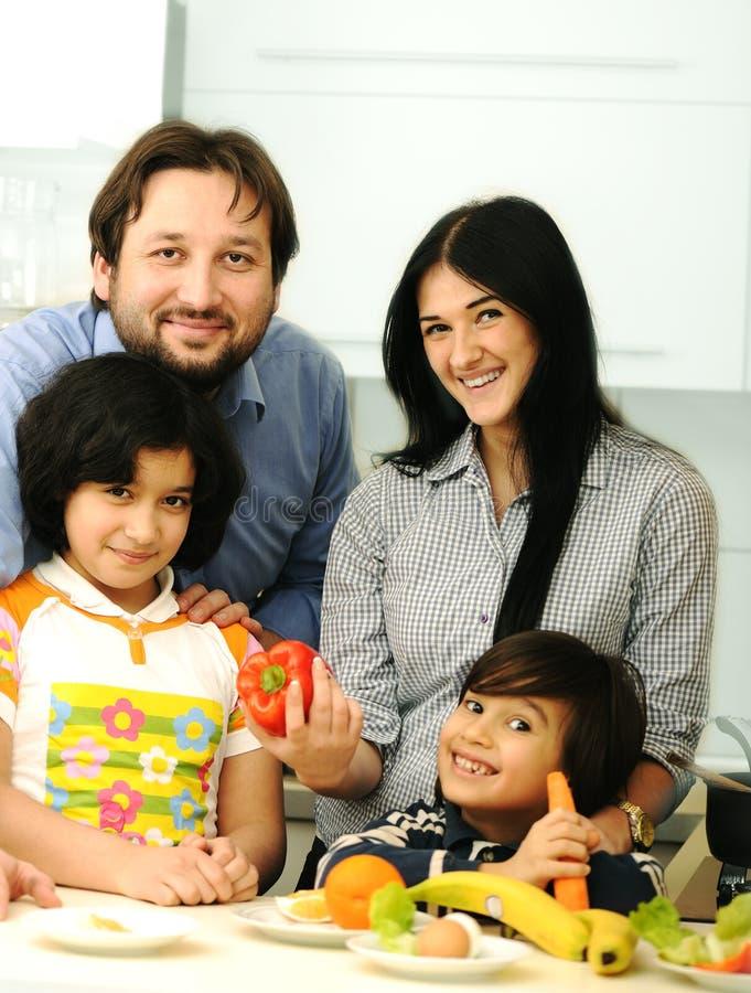 Glückliche Familieenbauteile stockfoto