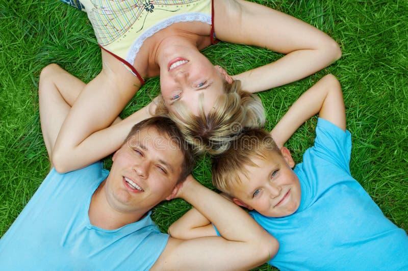Glückliche Familienlüge lizenzfreie stockbilder