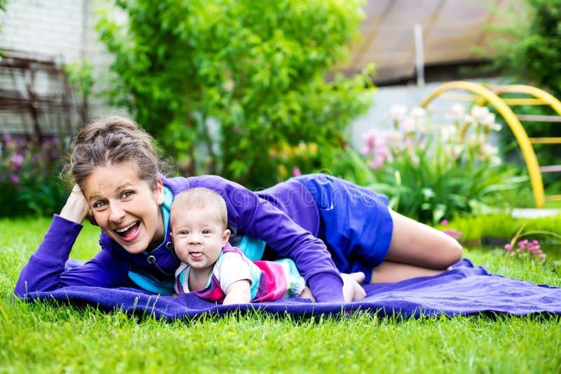 Glückliche Familienmomente lizenzfreie stockfotos