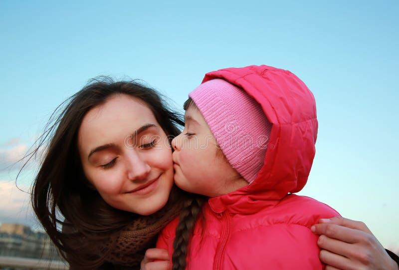 Glückliche Familienmomente lizenzfreies stockbild