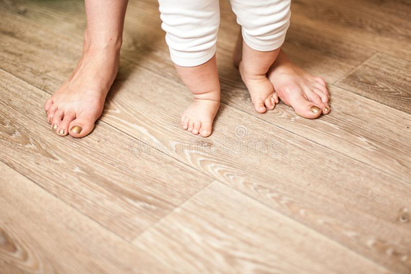 Glückliche Familienmutter und -baby der Beine stockfoto