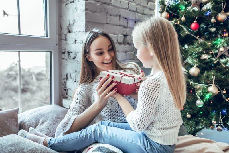 Glückliche Familienmutter und Kindertochter auf Weihnachtsmorgen stockbilder