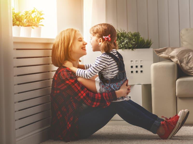 Glückliche Familienmutter und Kindertochter lachen Spiel lizenzfreie stockfotografie