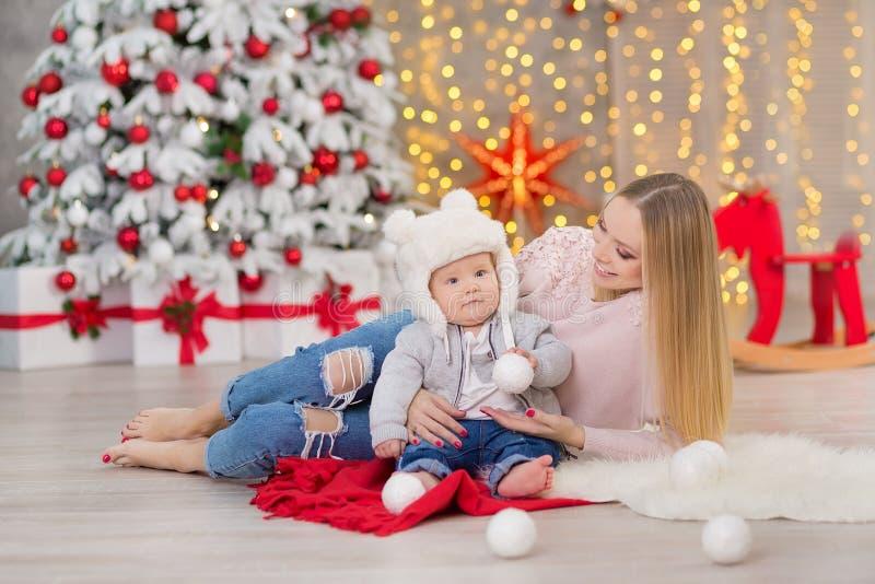 Glückliche Familienmutter und Sohn des Babys kleiner, der nach Hause an den Weihnachtsfeiertagen spielt Kleinkind mit Mutter im f stockbild