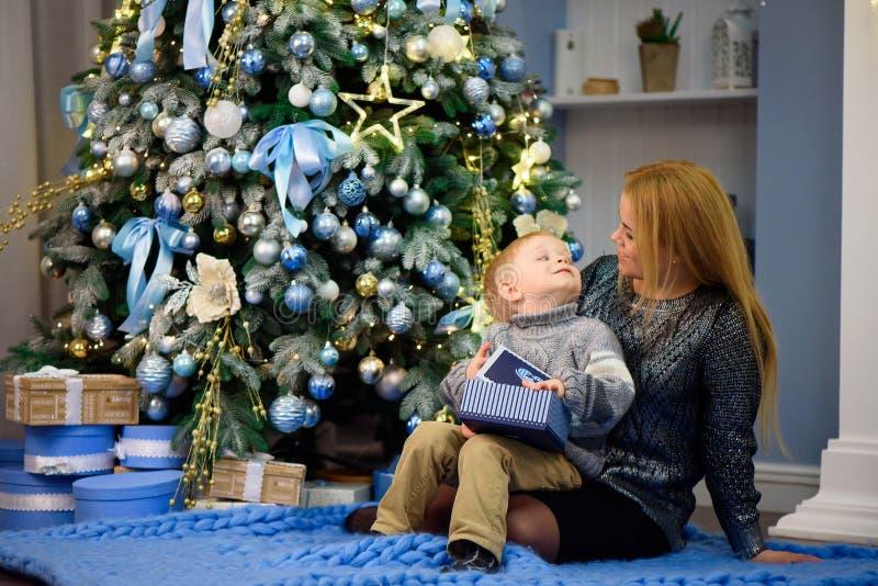 Glückliche Familienmutter und Sohn des Babys kleiner, der nach Hause an den Weihnachtsfeiertagen spielt Neues Jahr ` s Feiertage lizenzfreie stockbilder