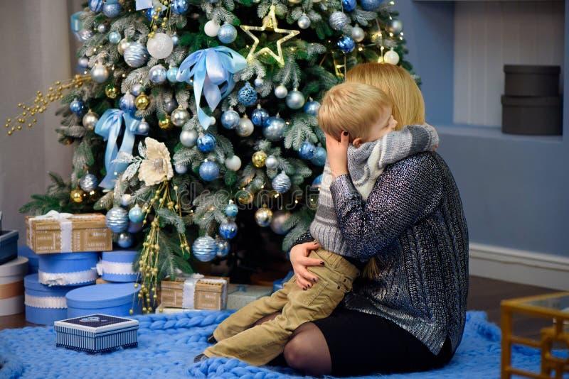Glückliche Familienmutter und Sohn des Babys kleiner, der nach Hause an den Weihnachtsfeiertagen spielt Neues Jahr ` s Feiertage lizenzfreie stockfotos