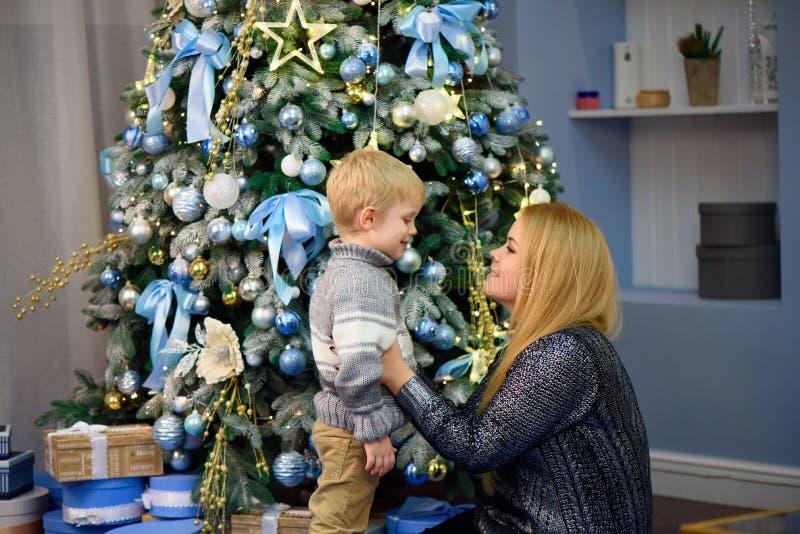 Glückliche Familienmutter und Sohn des Babys kleiner, der nach Hause an den Weihnachtsfeiertagen spielt Neues Jahr ` s Feiertage lizenzfreies stockfoto