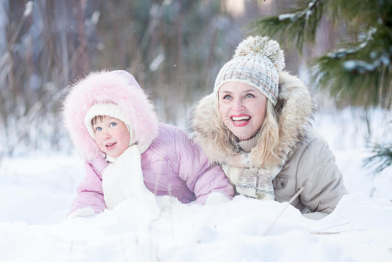 Glückliche Familienmutter und -tochter, die mit spielt stockbilder