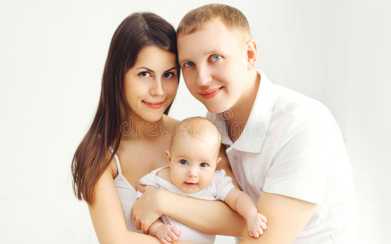 Glückliche Familienmutter und -vater des Porträts mit Baby lizenzfreies stockbild