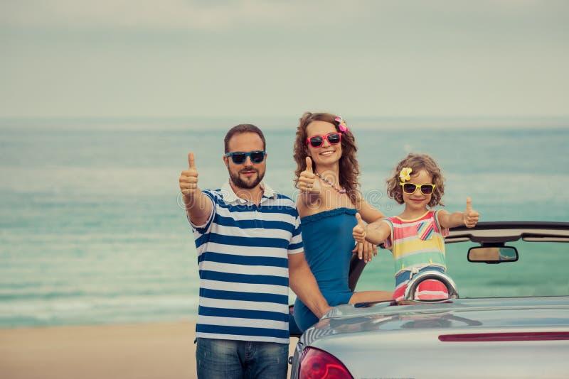 Glückliche Familienreise durch Auto stockfotografie
