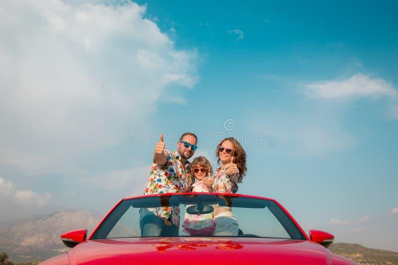 Glückliche Familienreise mit dem Auto in den Bergen stockfoto