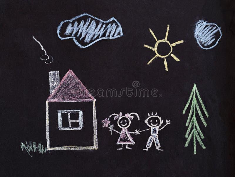 Glückliche Familienzeichnung mit Kreide Kinder stockfoto