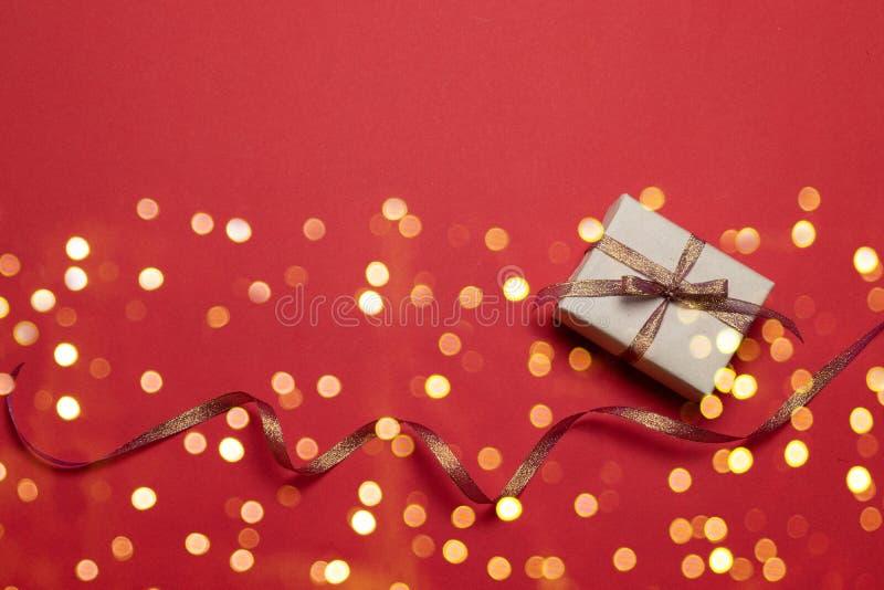 Glückliche Ferien Grußkarte mit Star Gold glitter Funkelkonfektion und Geschenkbox auf rotem Hintergrund Geburtstag, Valentinstag lizenzfreie stockfotografie