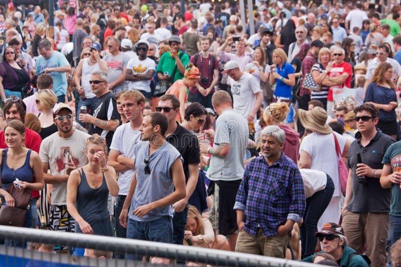 Glückliche Festival-Masse lizenzfreie stockbilder