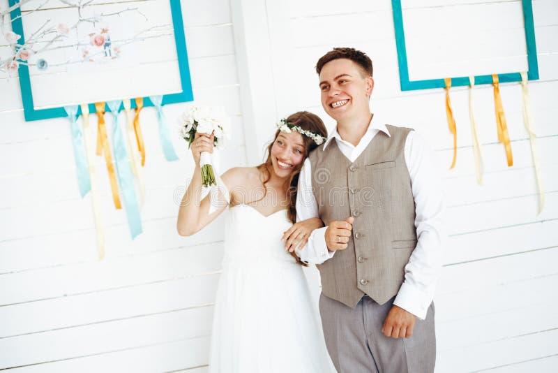 Glückliche festliche Hochzeits-Paare lizenzfreie stockbilder