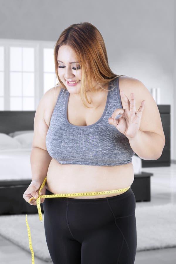 Glückliche Fette Frau Misst Ihren Bauch Stockfoto - Bild