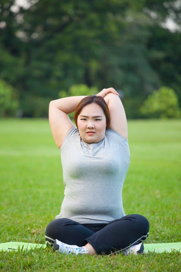 Glückliche fetthaltige Frauenaufstellung im Freien lizenzfreies stockfoto