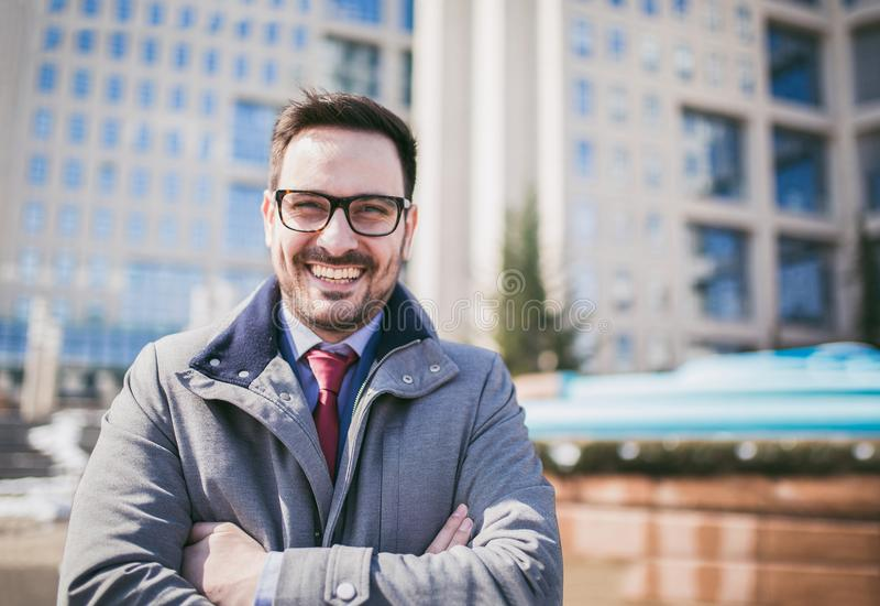 Glückliche Firmenführer CEO-Chefexekutive, die vor Gebäude steht stockfotos