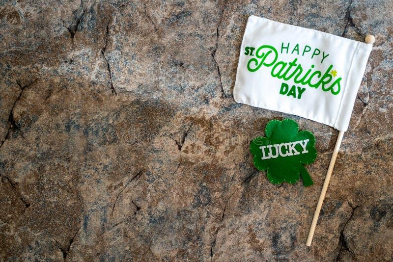 Glückliche Flagge St. Patricks Tagesmit einem glücklichen Shamrock Konzept für Tag St. Patricks Flatlay auf Marmorhintergrund lizenzfreie stockfotografie