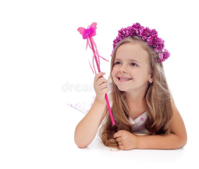Glückliche Frühlingsfee mit Blumenkrone stockfoto