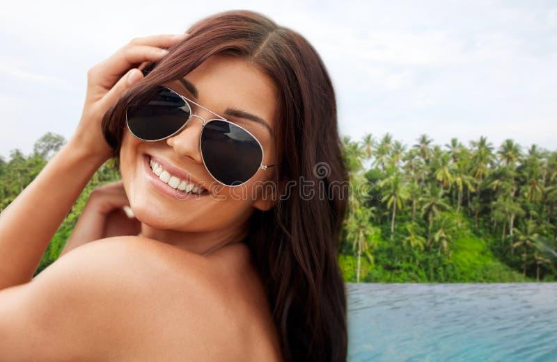 Glückliche Frau über Unendlichkeitsrandpool in Sri Lanka stockfoto