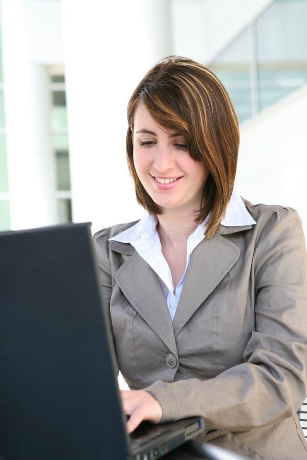 Glückliche Frau auf Computer lizenzfreies stockfoto