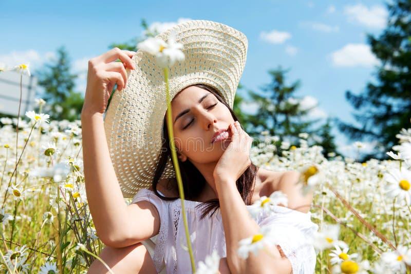 Glückliche Frau auf dem Sommergebiet Junges Mädchen entspannen sich draußen Getrennt auf Schwarzem stockbilder