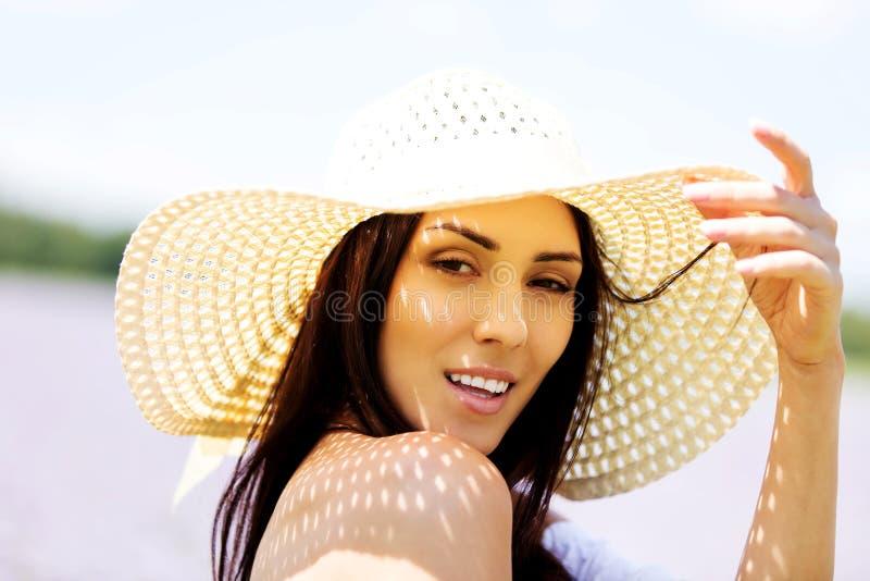 Glückliche Frau auf dem Sommergebiet Junges Mädchen entspannen sich draußen Getrennt auf Schwarzem stockfotos