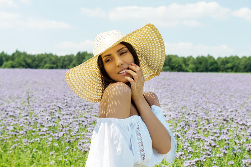 Glückliche Frau auf dem Sommergebiet Junges Mädchen entspannen sich draußen Getrennt auf Schwarzem lizenzfreie stockfotos