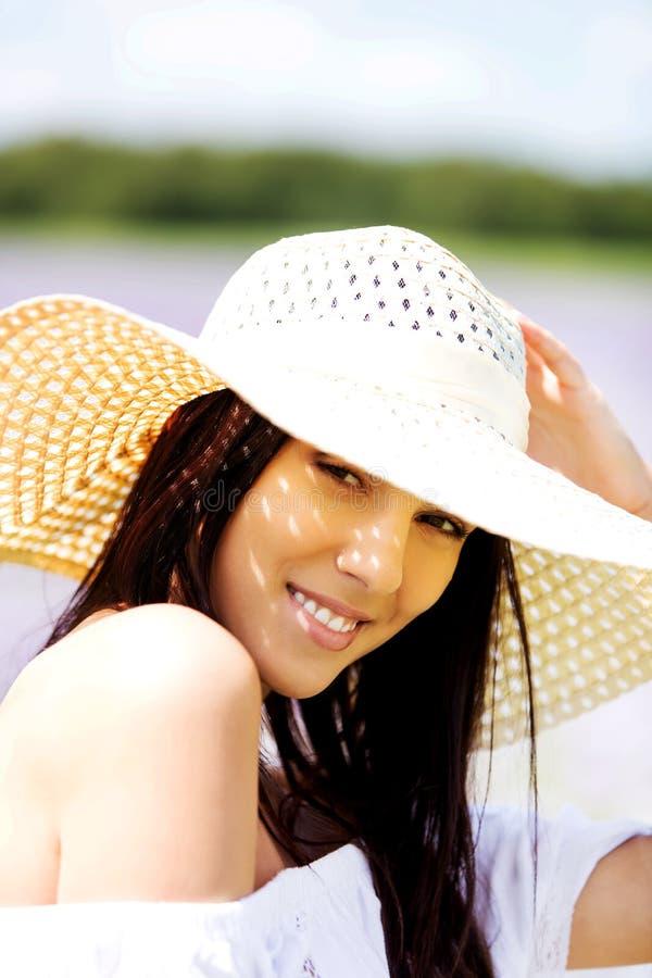 Glückliche Frau auf dem Sommergebiet Junges Mädchen entspannen sich draußen Getrennt auf Schwarzem stockfoto
