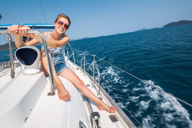 Glückliche Frau auf der Yacht lizenzfreies stockfoto