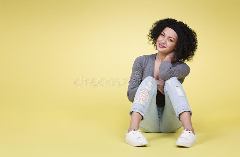 Glückliche Frau auf gelbem Hintergrund lizenzfreies stockfoto