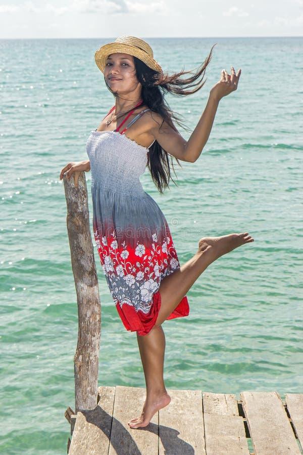 Glückliche Frau auf Mole stockfotografie